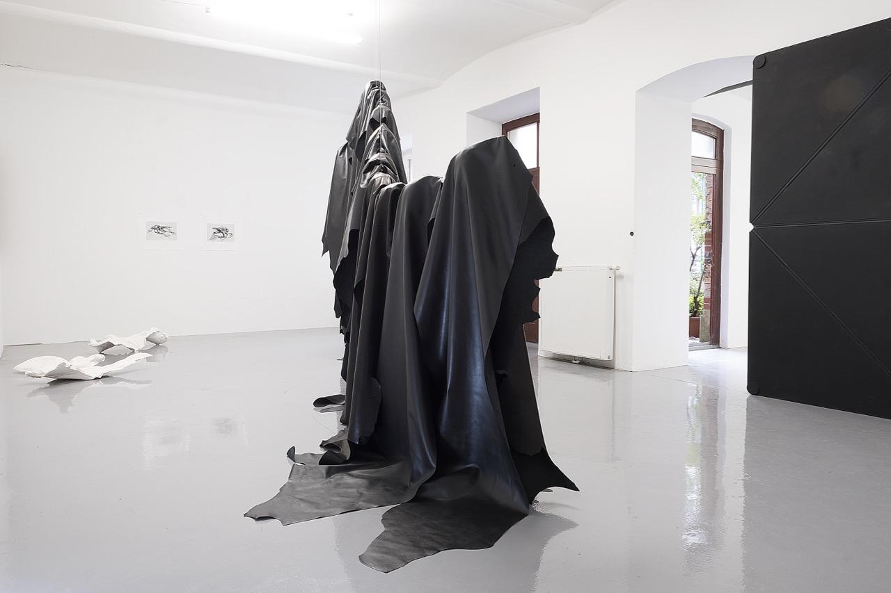Ausstellungsansicht UNA SZEEMANN in, um es herum und unterhalb, Kunstraum am Schauplatz, 2018, Foto: Corinne Rusch.