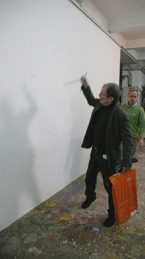 """Franz West schlägt einen Haken in die Wand (Videostill aus """"Quasimodo"""")"""