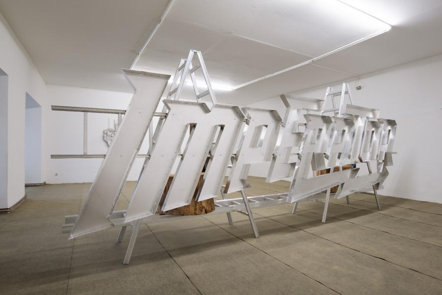 """Installationsansicht, Ausstellung HANS SCHABUS """"Bergfahrt für Talfahrt"""", Büro Weltausstellung, 2017, Foto: Stefan Lux"""