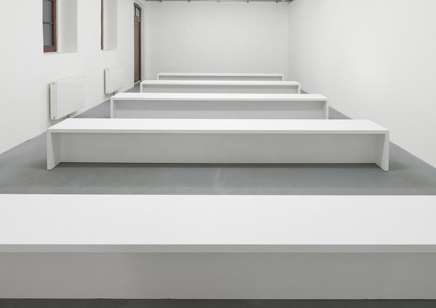 """Heimo Zobernig, Installationsansicht Kunstraum am Schauplatz, """"Ohne Titel"""", Dispersion/Pressspan, 45 x 45 x 360 cm, Edition 10/10, 2012, Foto © Archiv HZ"""