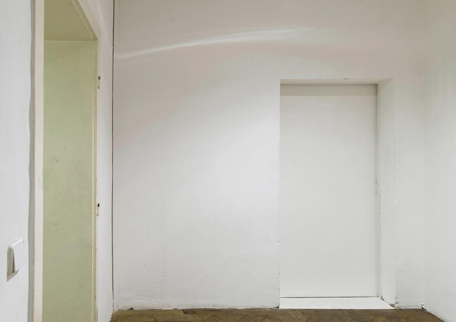 """Heimo Zobernig, Installationsansicht Büro Weltausstellung, """"Ohne Titel"""", Dispersion/Pressspan, 210 x 140 cm, 1993, Foto © Archiv HZ"""