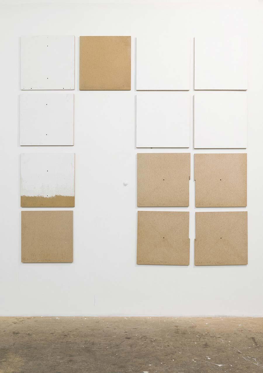 """Heimo Zobernig, Installationsansicht Büro Weltausstellung, """"Ohne Titel"""", Dispersion/Pressspan, 50 x 50 x 2 cm, Edition 13/13, 2013, Foto © Archiv HZ"""